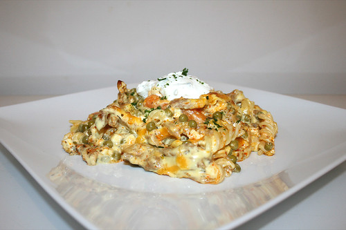09 - Gyro pasta bake with sauce hollandaise - Side view / Gyros-Nudelauflauf mit Sauce Hollandaise - Seitenansicht