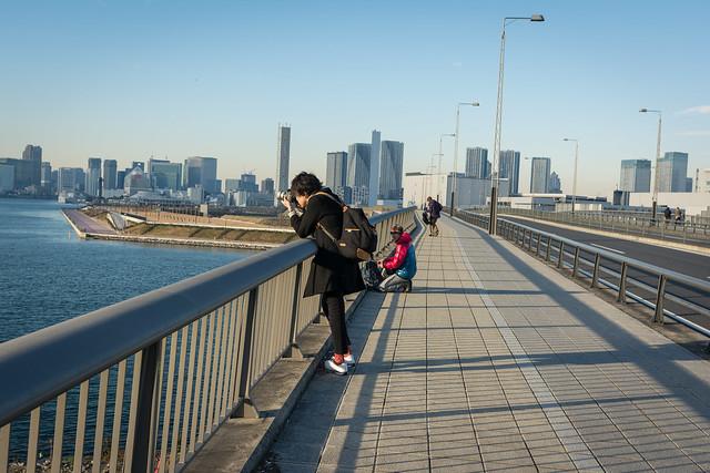 富士見橋からレインボーブリッジを撮影するカメラマンの写真
