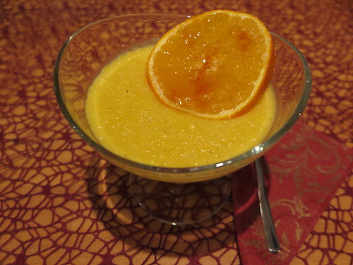 Orangenvanilleflammeri mit karamelisierter Orangenscheibe