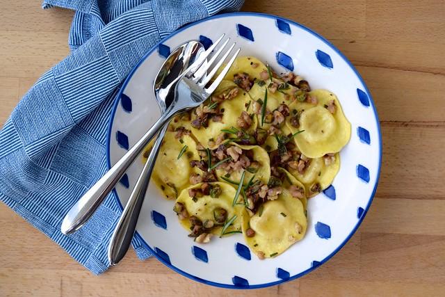 10 Minute Ravioli in a Nutty Herby Butter | www.rachelphipps.com @rachelphipps
