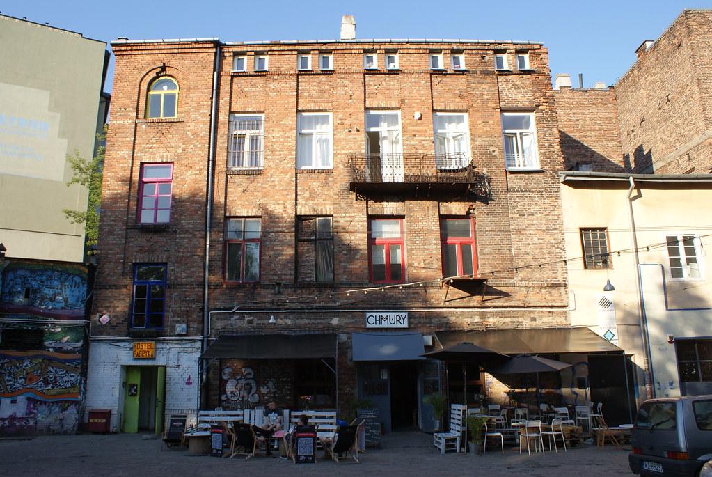 Une partie des batiments avec les bars/clubs à Praga, Varsovie.