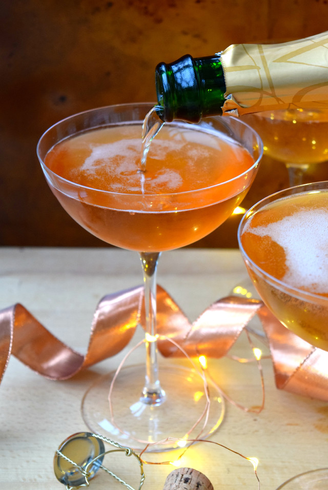 Easy Champagne Cocktail Recipe | www.rachelphipps.com @rachelphipps