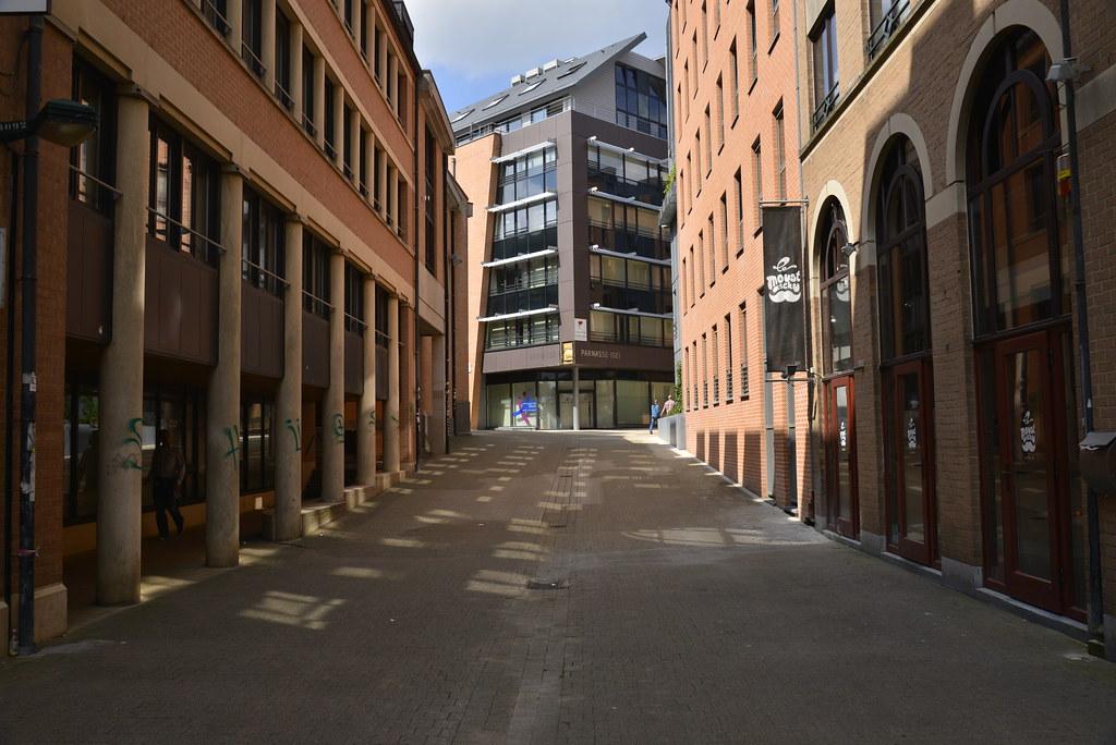 L'une des rues perpendiculaires et piétonnières