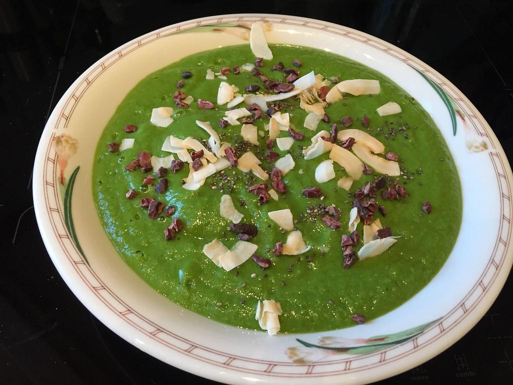 Smoothie-bowl på broccoli, grönkål, apelsin, banan och lite mjölk. Toppad med kakao-nibbs, kokosflaks och chiafrön.