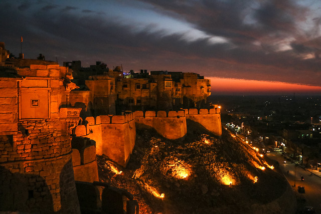 Jaisalmer Fort after sunset, Jaisalmer, India 日没後のライトアップされたジャイサルメール・フォート