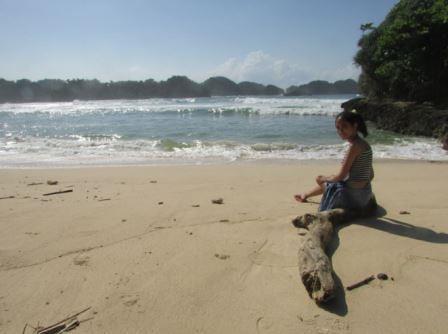 berfoto di pantai mini