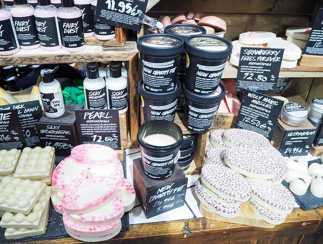 PB187887.jpgLushHelsinkiFinlandStore, vartalopuuteri, body powder, fairy dust, pinkki, pink, pehmeä, soft, cotton candy scent, hattarantuoksu, keijupöly, fairy dust,