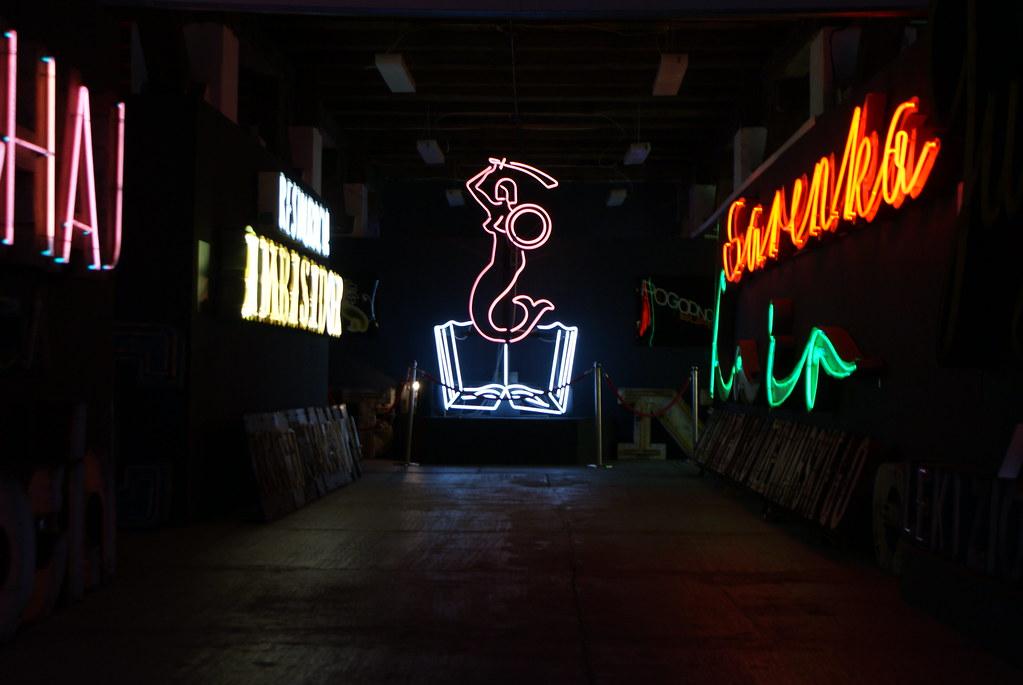 Neon Museum di Varsavia con la sirena, il simbolo della capitale polacca alla fine.