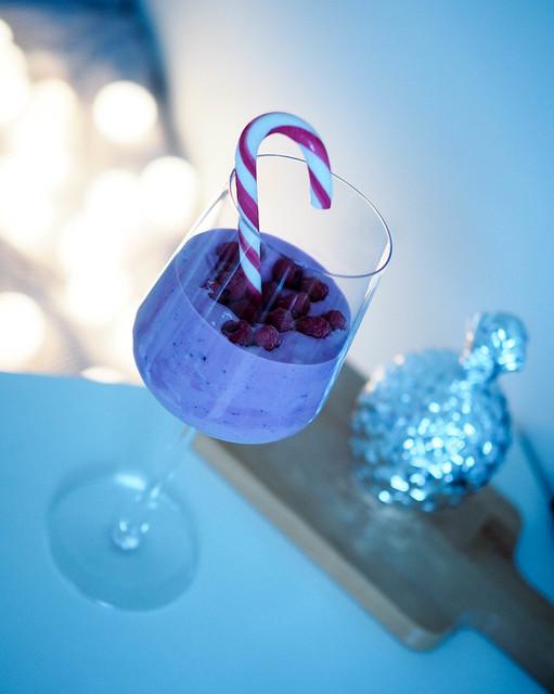 PC119339ChristmasCheer.jpg, christmas cheers, cheers its christmas, cheers for christmas, joulu, inspiration, inspo, christmas, juoma, drink, viinilasi, wine glass, candy cane, tikkukaramelli, berry smoothie, marja smoothie, jouluvalot, christmas lights, hopea koriste ananas, silver decor pineapple,
