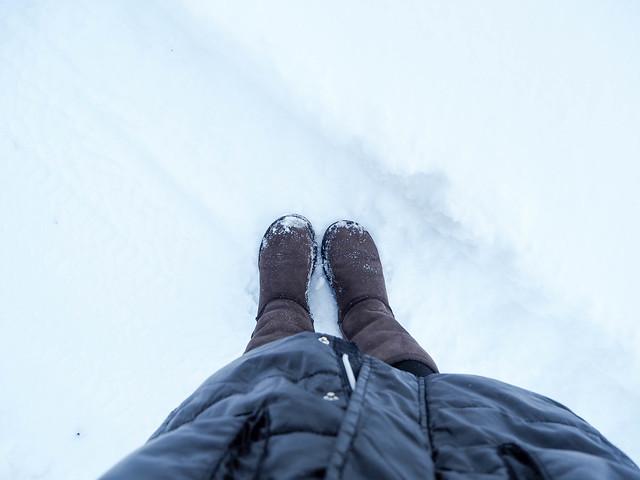P1040684.jpgWinterJanuarySNow,P1040679.jpgWinterSNowyViewHelsinkiFInlandWindow, winter, talvi, helsinki, suomi, finland, luonto, nature, aamusta iltaa, dawn to dusk, tammikuu, january, sää, weather, näkymä, view, landscape, maisema, kattojen ylle, rooftops, lumi, snow, uggs, ruskeat ugg kengät, brown uggs,