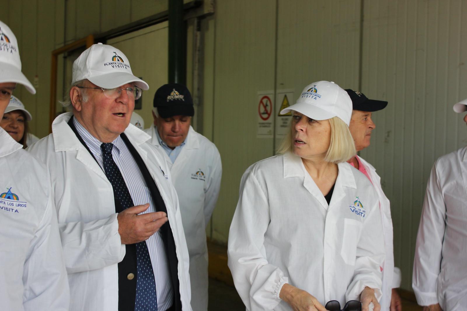 Embajadora norteamericana en Packing Los Lirios de Rucaray con Fedefruta