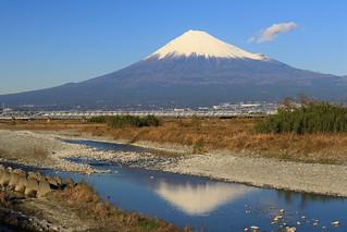 富士山と新幹線 - 逆さ富士も