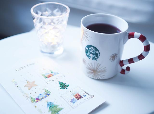 PC189678ChristmasVibes.jpg, joulu fiiliksiä, christmas, joulu, joulukortti, christmas card, starbucks jouluki, christmas mug, red and white mug, puna valkoinen joulumuki, kirkas kynttilä bright candle, inspiration,