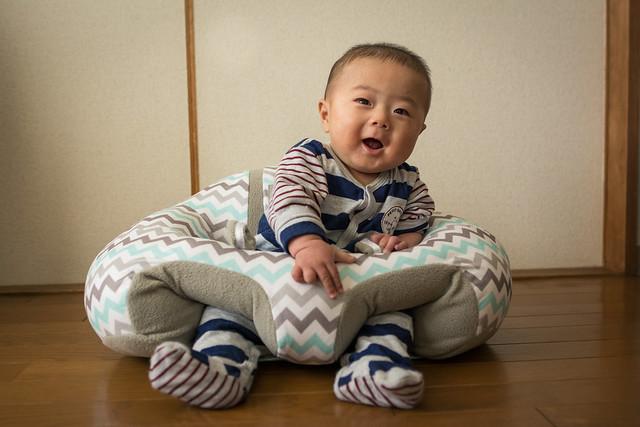 赤ちゃんのおすわり練習用クッションHUGABOO(ハガブー)の写真