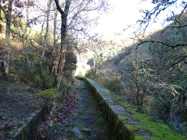 Canal de agua viejo en el cañón del río Mao