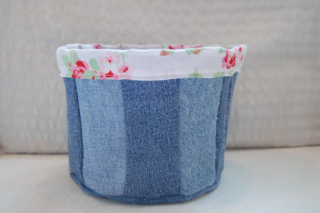 Jeans basket with roses sewn by @ihanna #craft #DIY #recycle
