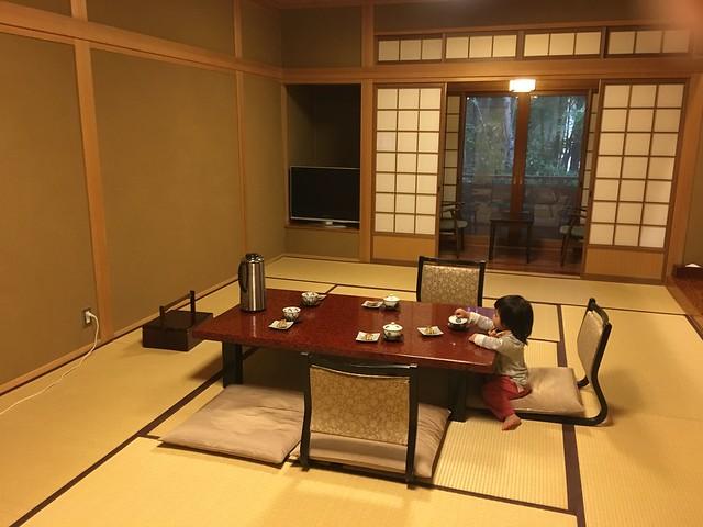 白天是起居室,晚上來鋪床後會幫忙把桌子移到旁邊