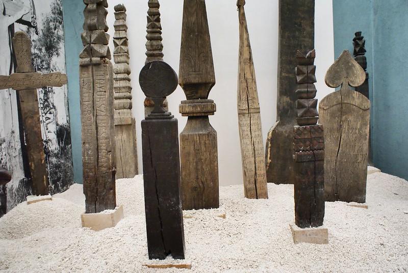 Stèle funéraires en bois de la région de Transylvanie (Hongrie/Slovaquie/Ukraine/Roumanie).