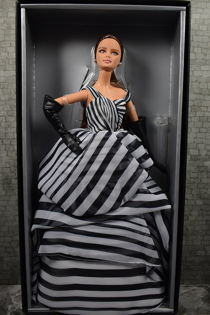 2015 Barbie Barbie Fan Club Exclusive Black And White Collection Chiffon Ball Gown Barbie DGW59 (6)