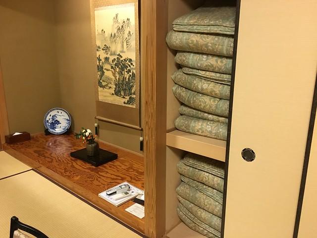 有一些字畫和擺設,右邊是棉被櫃