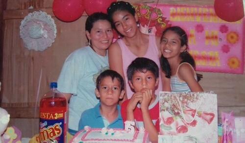 Catalina en sus 15 años con su mamá y sus hermanos
