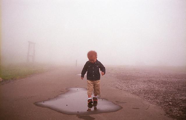 霧の中笑顔で歩く子
