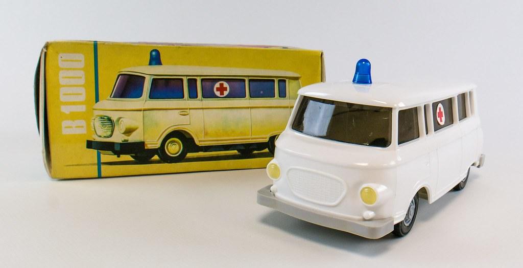Ambulance en jouet et sa boîte en carton. Musée DDR à Berlin.