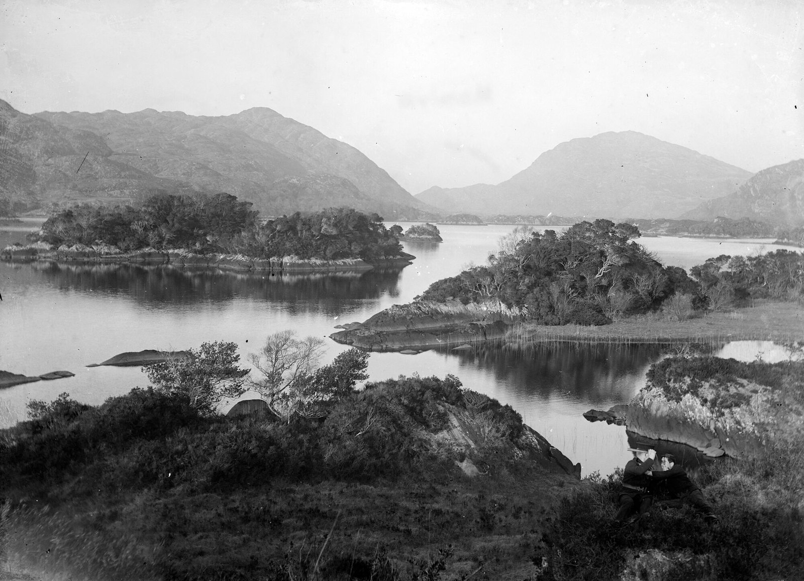 """Lake surrounded by mountains in an unknown location"" (is lakes of Killarney) 