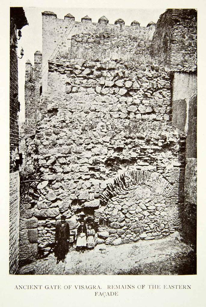 Parte trasera de la Puerta Vieja de Bisagra antes de su restauración. Foto tomada hacia 1900