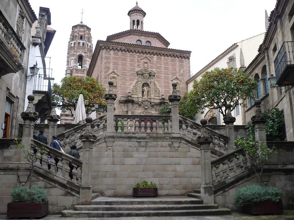 Escalier et église dans le quartier du Poble Espanyol de Barcelone. Photo de Calafellvalo.