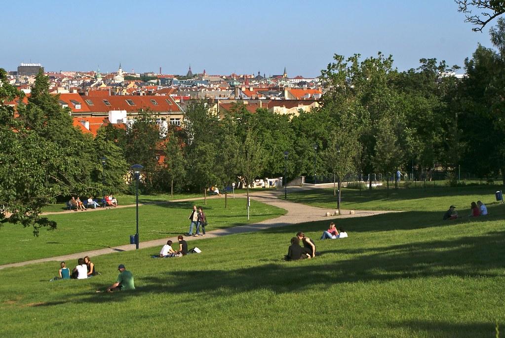 > En contre-bas du parc de Petrin à Prague, de larges pelouses fréquentées par un public jeune.