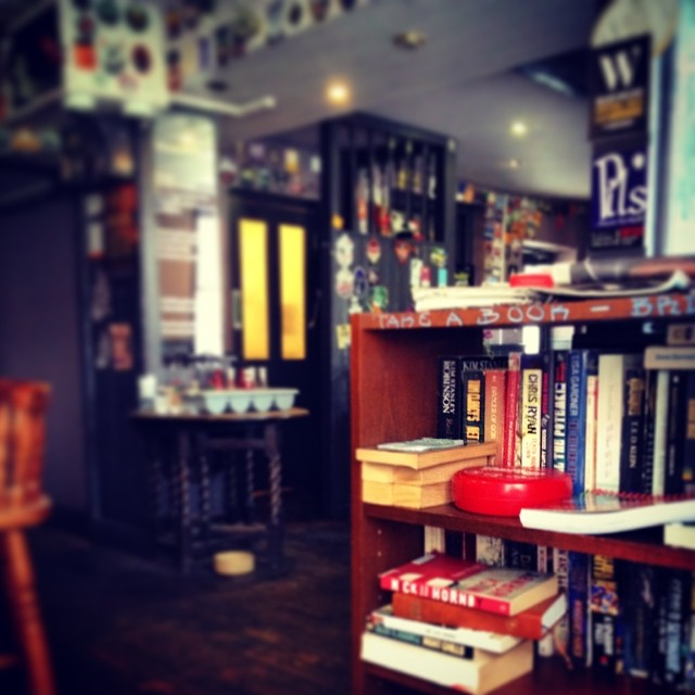Take a book, bring a book #book #livro #pub #bar #bristol #the volunteer