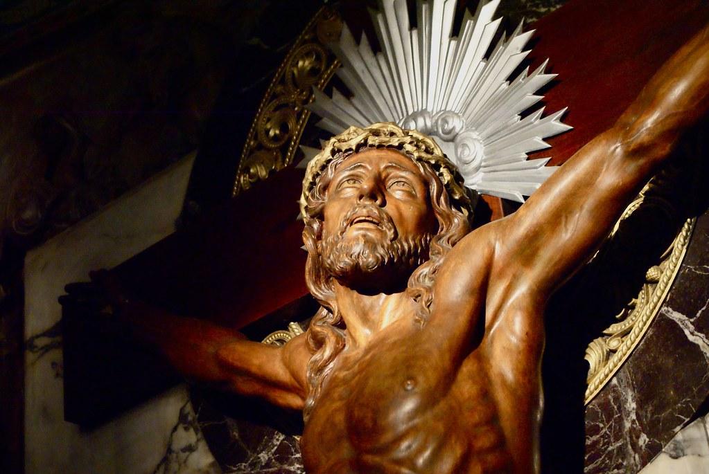 Statue de Jésus sur sa croix levant les yeux au ciel dans le temple du sacré coeur.