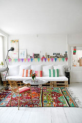 designpublik.dk white floor, kilim rug, white crate sofa | by homebug