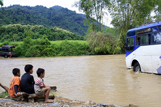 Muang Khoua border crossing_kids watching our bus cross river | by Wil Wright