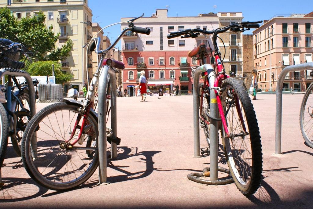 Des vélos pépères sur l'une des places de Barceloneta.