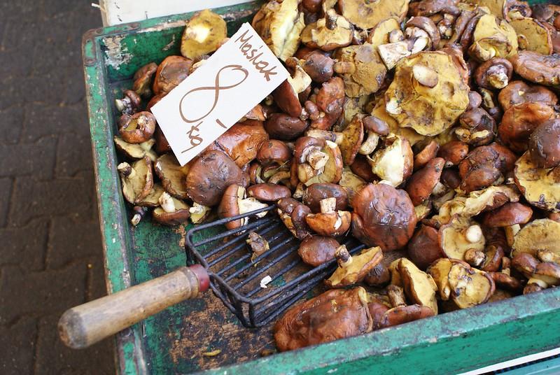 Champignons en vente au marché à l'automne.