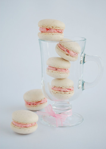 Vanilla bean macarons with roasted strawberry buttercream / Macarons de baunilha com buttercream de morangos assados | by Patricia Scarpin