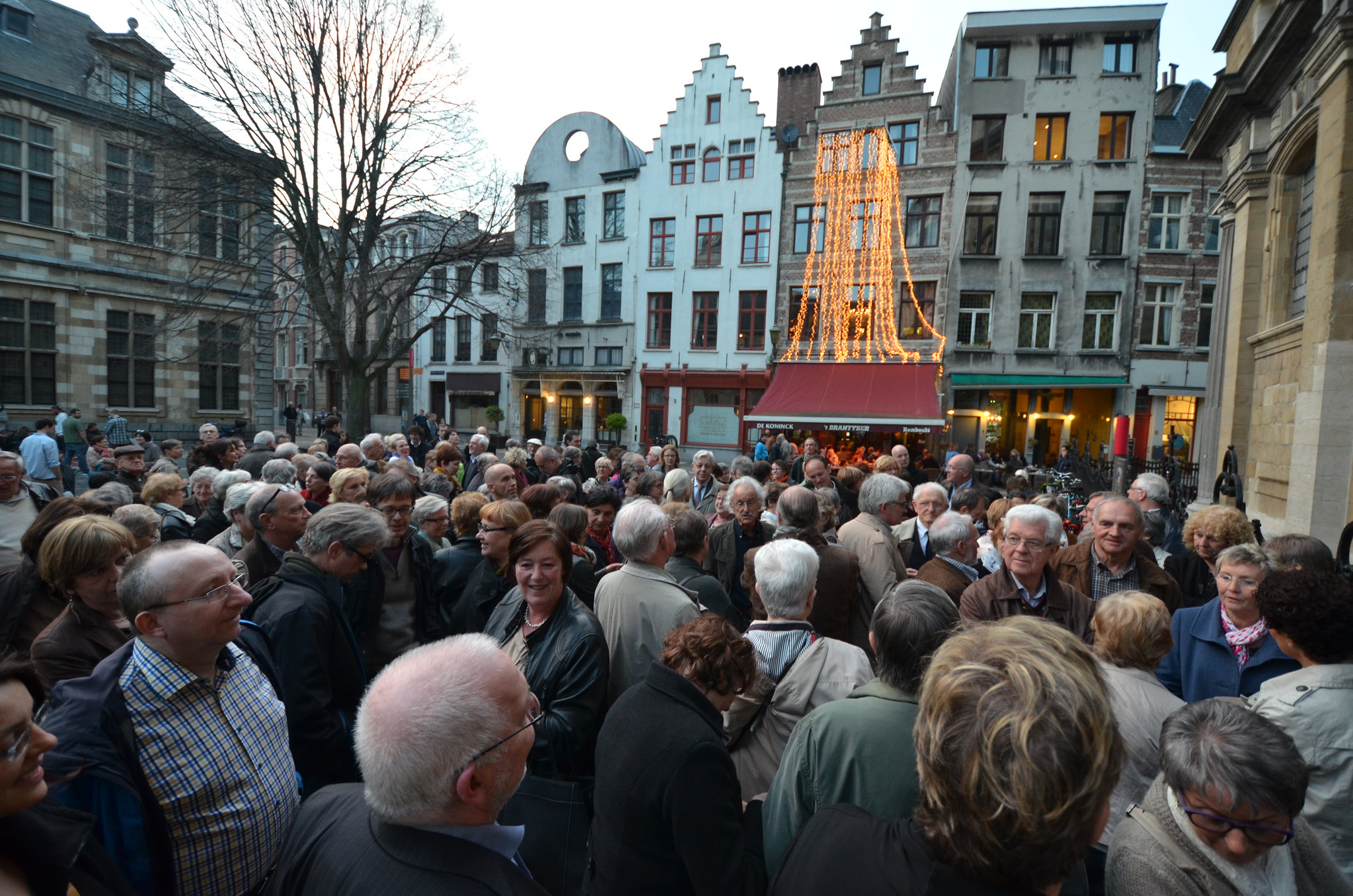 Foto van de rij aanschuivende mensen voor de kerk