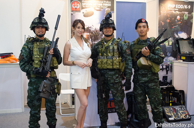 Yuki Padilla picture taking with soldiers