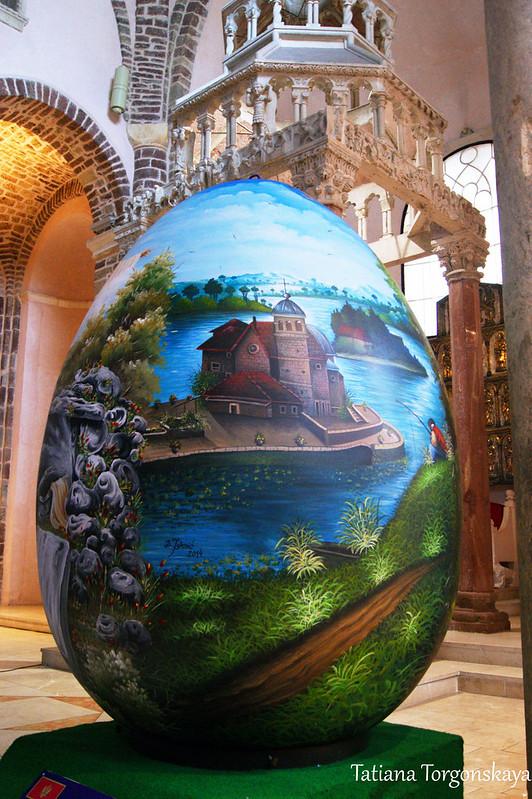 Большое яйцо у центрального алтаря