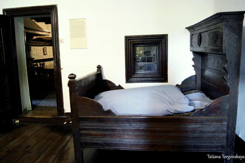 Кровать в комнате отдыха
