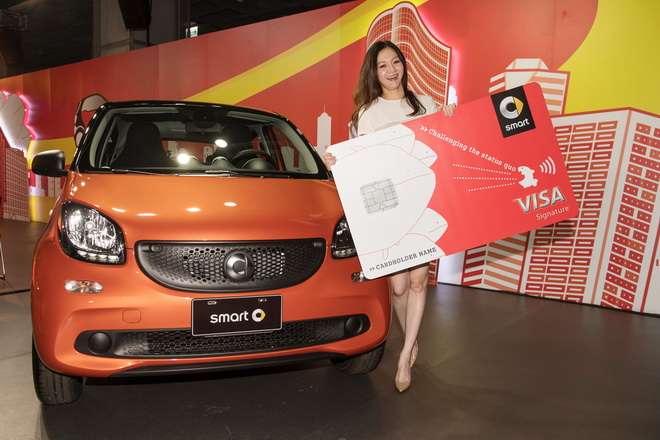 名模花花以新科smart車主身分,興奮推讚都會微型車smart的魅力,現場也大方公開聰明消費哲學