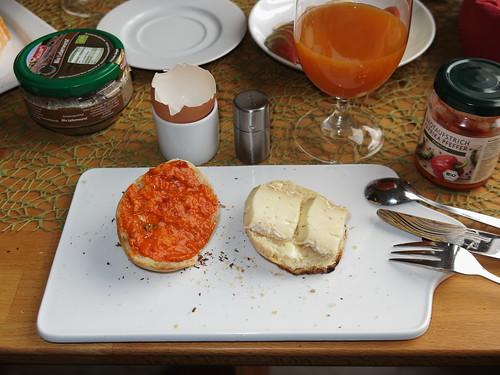 Brotaufstrich Paprika Pfeffer und Bio Husumer auf frisch gebackenen Brötchen