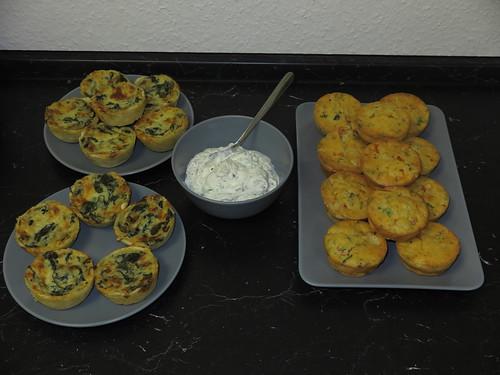 Spinat-Käse-Törtchen und Tomaten-Mozzarella-Muffin mit Kräuterquark (als Büfett)