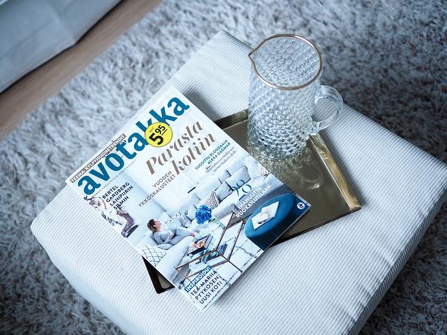 PB268405avotakkalehtikultainentarjotin.jpg,PB268400avotakkalehti.jpg, avotakka magazine, finnish interior design magazine, sisustuslehti, inspiration, style, lifestyle, home, koti, inspiraatio, sisustaminen, kotoisa sunnuntai, cozy sunday, viikonloput, weekends, valkoine tarjotin, white tray, white roses, valkoisia ruusuja, lasikannu, kultareunainen lasikannu, beige rahi, vaalean beige rahi, beige matto, beige nukkamatto,