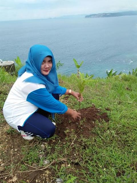 Lilik Wijayati saat menghadiri acara Hari Menanam Pohon Indonesia (HMPI) dan Bulan  Menanam Nasional (BMN) tahun 2016(1/12)