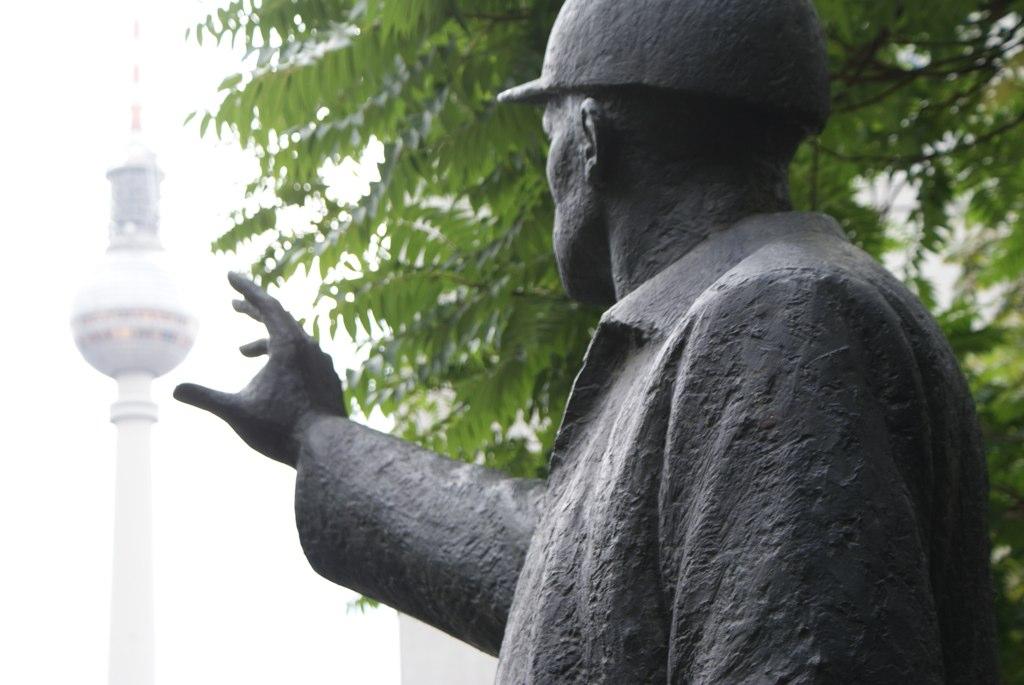 Statue d'ouvrier sur le point de saisir la tour de télévision de sa main près de l'Alexanderplatz à Berlin.