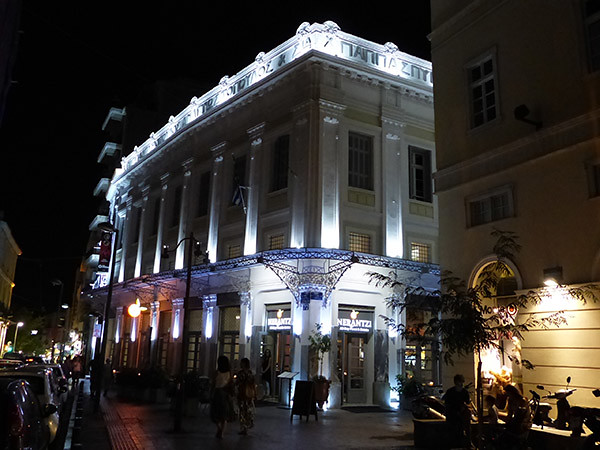 un café à Athènes, la nuit
