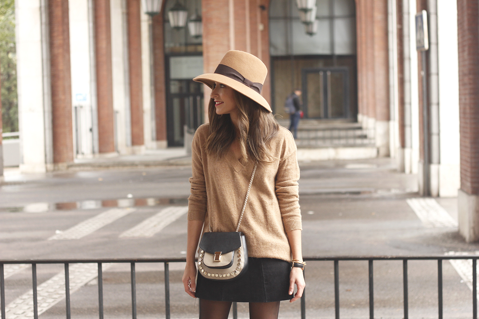 Brown Jumper Brown Hat Uterqüe Black heels Black skirt fall style outfit fashion05